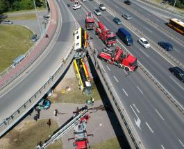 Автобус упал с моста в Варшаве: один человек погиб и 20 получили травмы