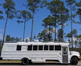 Пара превратила старый школьный автобус в комфортный дом на колесах