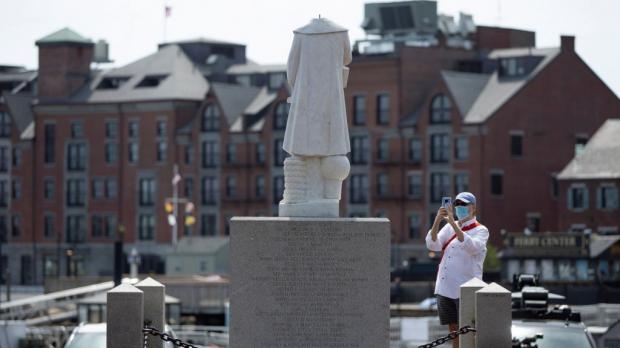 Обезглавленный Христофор Колумб в Бостоне