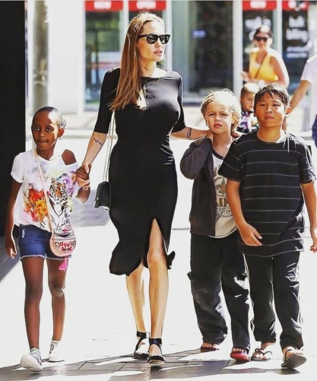 Джоли с семьей