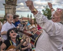 Прощание с коронавирусом: тысячи людей приняли участие в необычной вечеринке в центре Праги