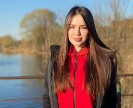 Анастасия Костенко впервые отвела дочерей на футбольный матч мужа