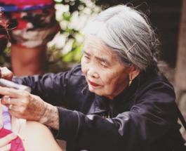 Самый старый мастер тату: 103-летняя женщина сохранила древнюю технику нанесения рисунка