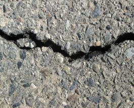 В Китае тротуар рухнул прямо под ногами пешеходов: видео
