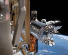 Crew Dragon возвращается на Землю после исторического полета на МКС