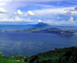 На Филиппинах активизировался вулкан Тааль: в небо поднялся 20-метровый столб пара и пепла