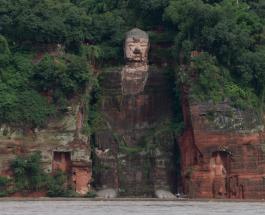 Впервые за 70 лет: сильное наводнение в Китае намочило ноги гигантского Будды в Лэшане