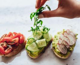 Гренки на завтрак: как приготовить вкусное блюдо из хлеба с авокадо и помидорами