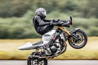Каскадер побил мировой рекорд разогнав мотоцикл на заднем колесе до 175 км в час: видео