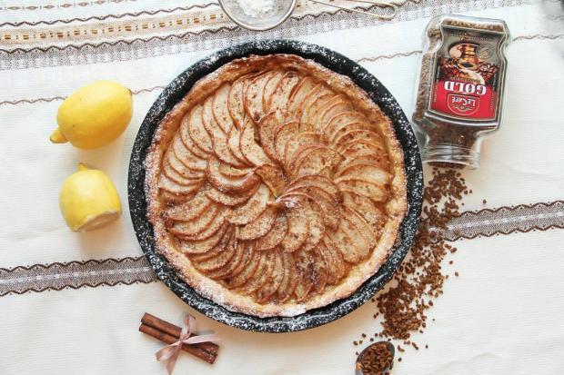 Красивый пирог с яблоками на столе