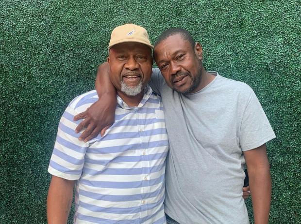 Два темнокожих мужчины обнимаются