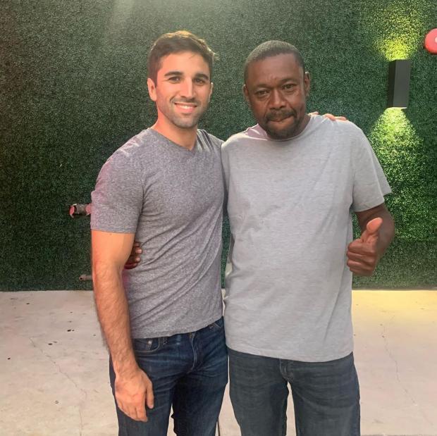 Двое мужчин в серых футболках
