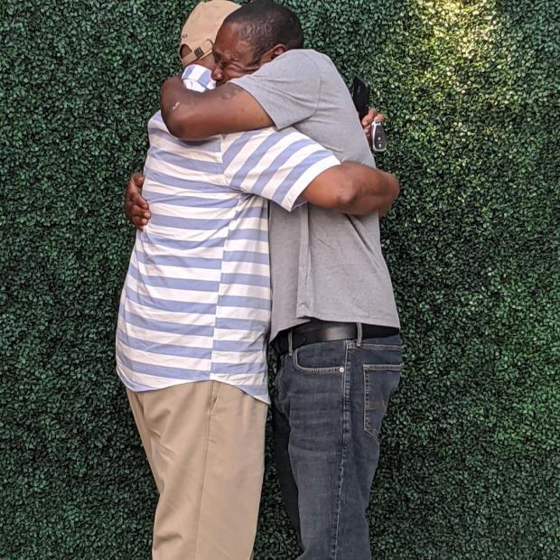 Два мужчины обнимаются