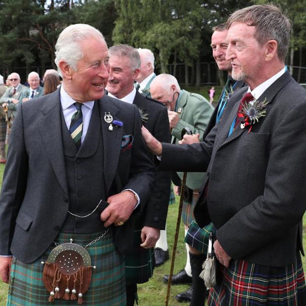 Принц Чарльз в Шотландии в окружении людей