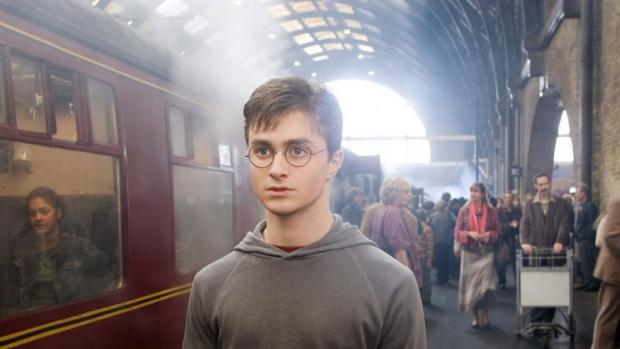 Гарри Поттер на платформе возле поезда