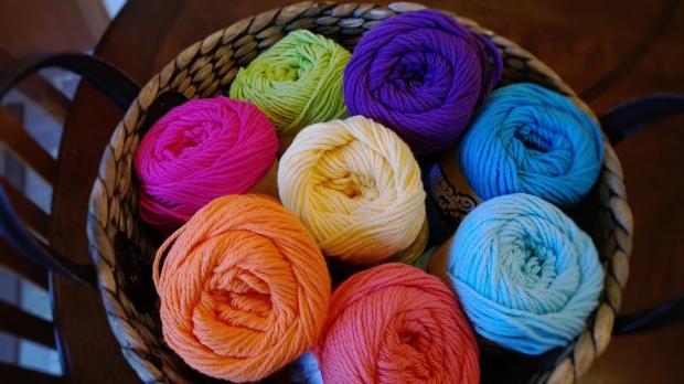 клубки разноцветной пряжи