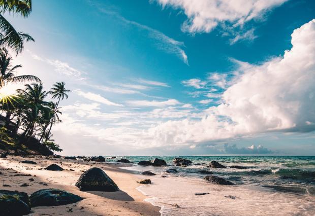 Море пальмы облака белый песок