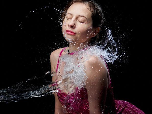 женщина купается