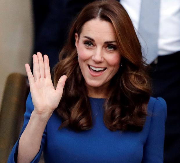 Кейт Миддлтон в синем платье машет рукой