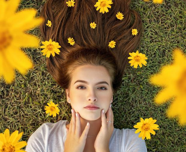 Девушка с каштановыми волосами с цветами
