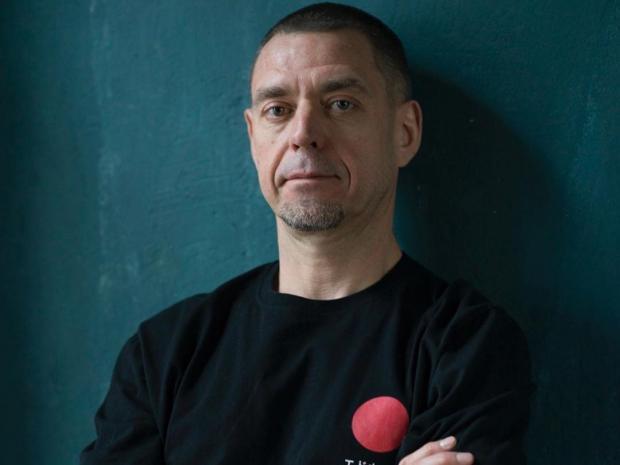 Сергей Михалок на фоне зеленой стены