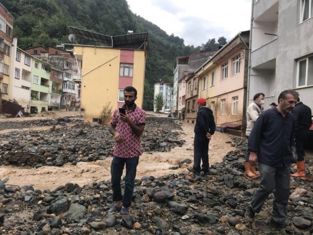 Мужчины стоят на затопленной улицы в турецком городе