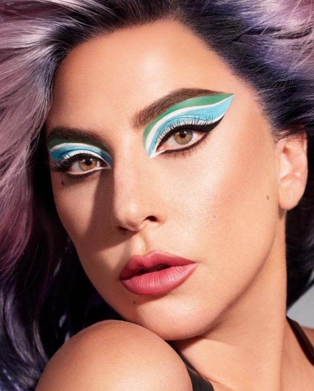 Леди Гага с ярким цветом волос и макияжем
