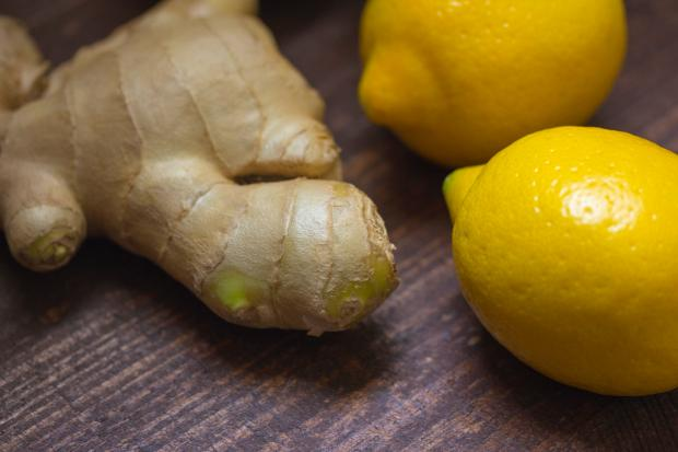 Лимоны и имбирь на столе