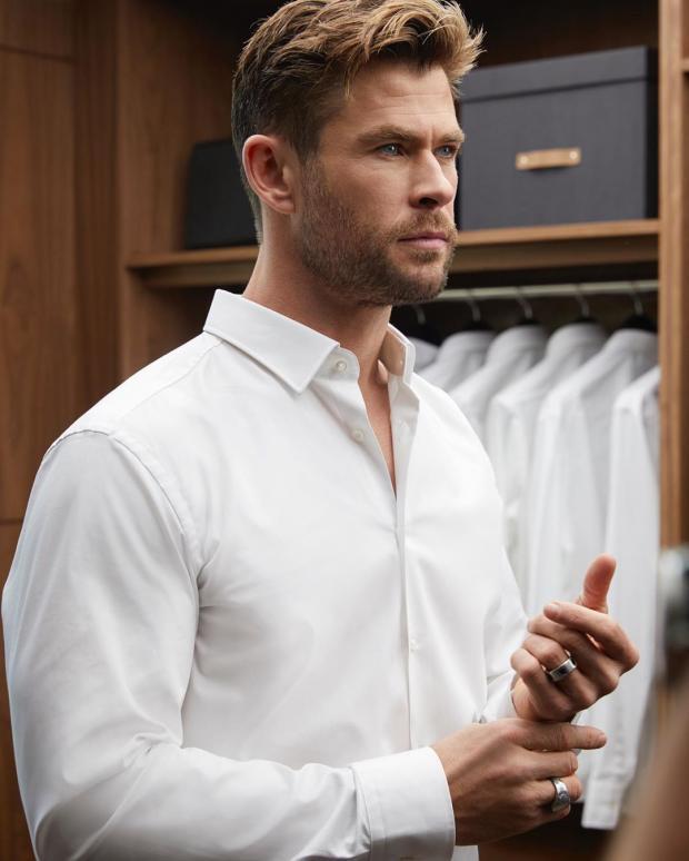 Крис Хемсворт в белой рубашке