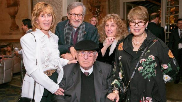 Стивен Спилберг с сестрами и отцом