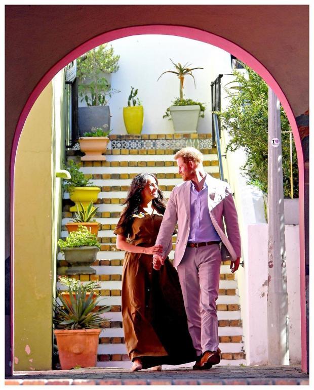 Принц Гарри и Меган Маркл спускаются по лестнице