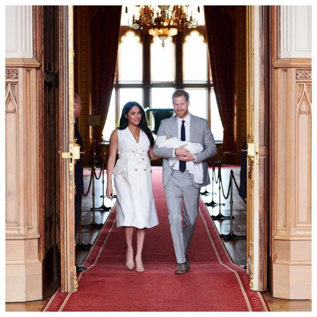 Принц Гарри в сером костюме и Меган Маркл в белом платье