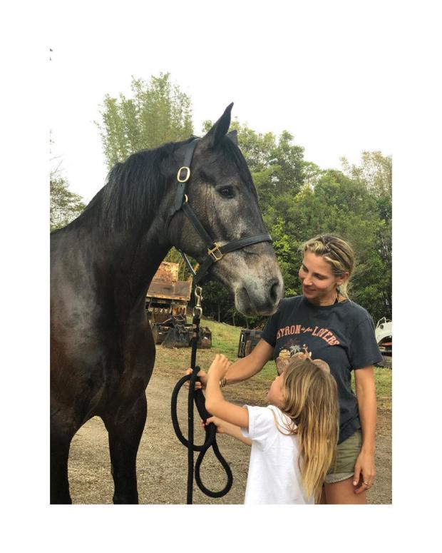 Эльза Патаки со старшей дочерью рядом с конем