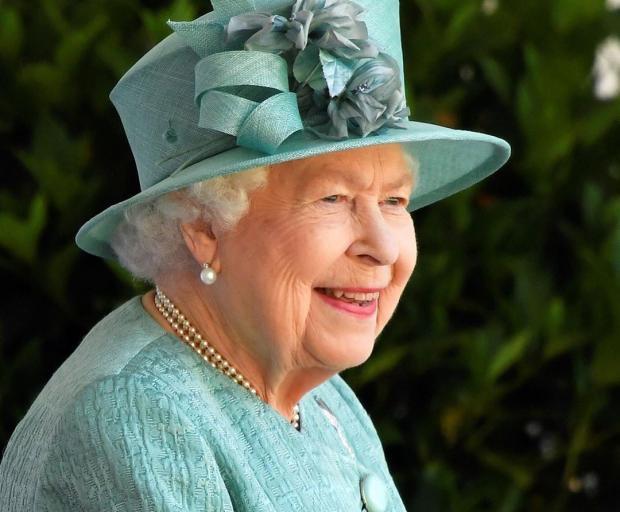 Королева Елизавета II в голубом наряде и шляпке