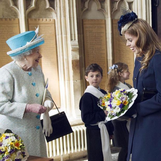 Королева Елизавета смеется вместе с принцессов Беатрис