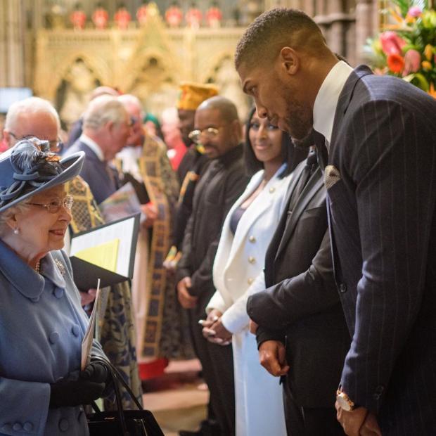 Королева Елизавета II общается с гостями