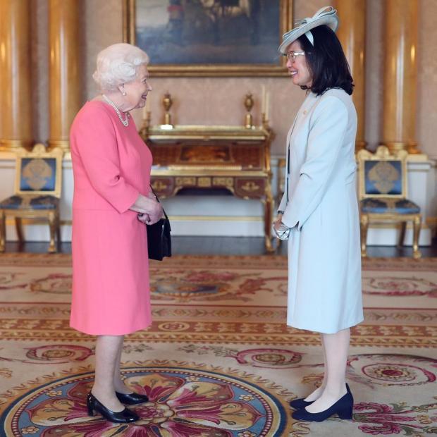 Королева Великобритании встречает гостью в Букингемском дворце