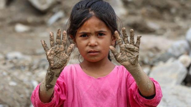Афганская девочка в розовой футболке