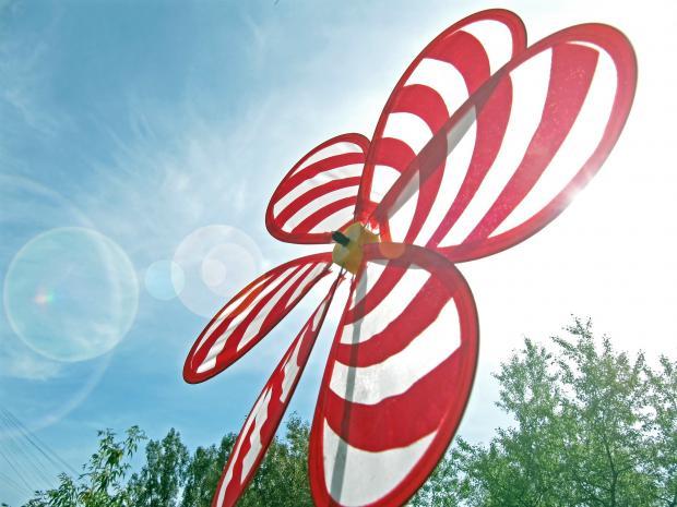 большой красно-белый ветряк