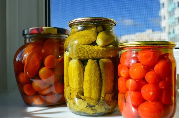 соления и заготовки на зиму - банки с огурцами и помидорами
