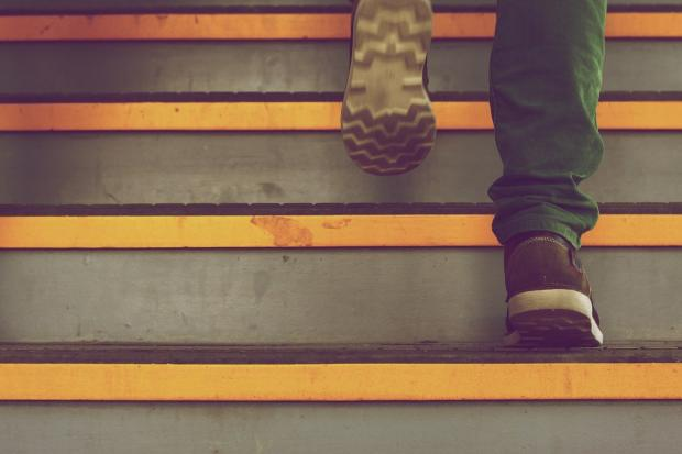 мужчина поднимается по лестнице