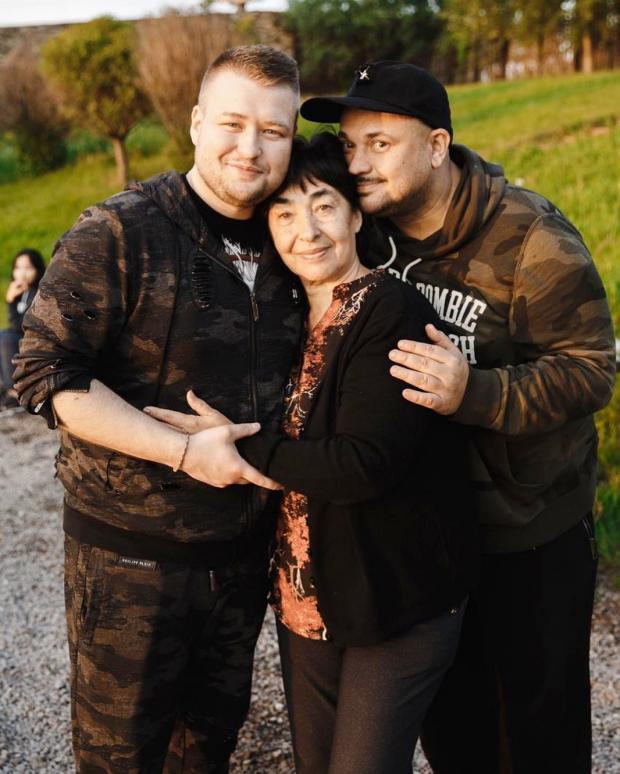 Сергей Жуков на фото с мамой и братом