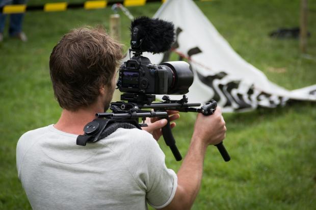 оператор на съемках с камерой