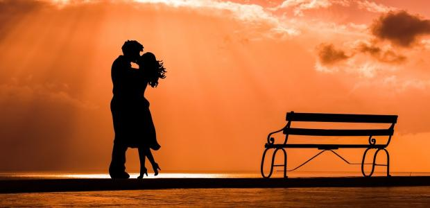 пара целуется на фоне заката