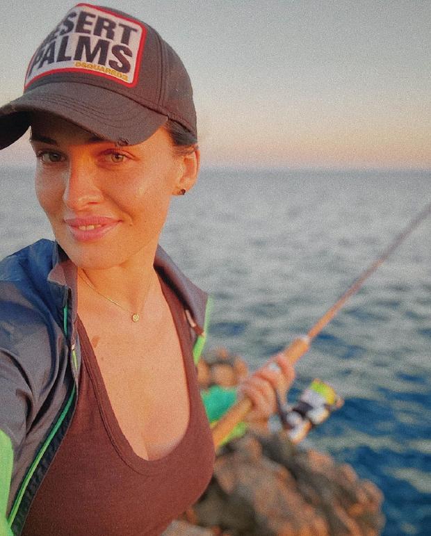 модель Даша Астафьева на рыбалке