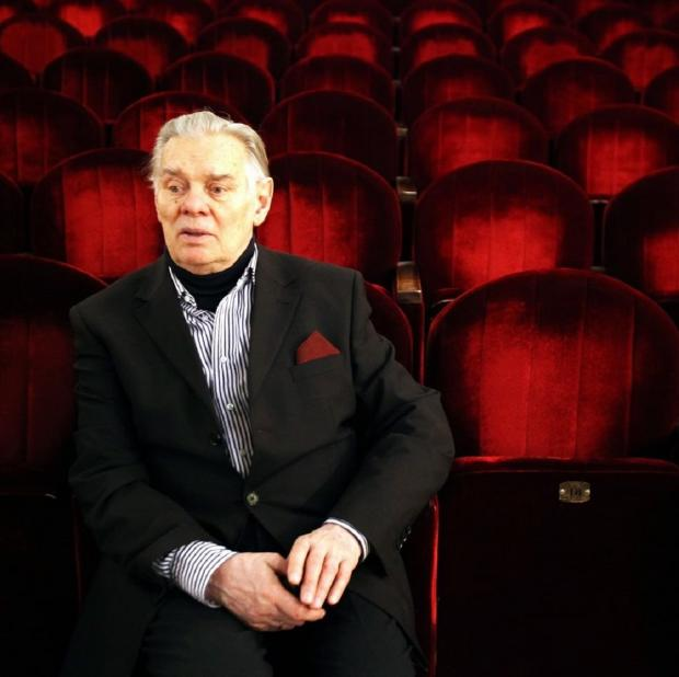 Владимир Андреев сидит в пустом театральном зале