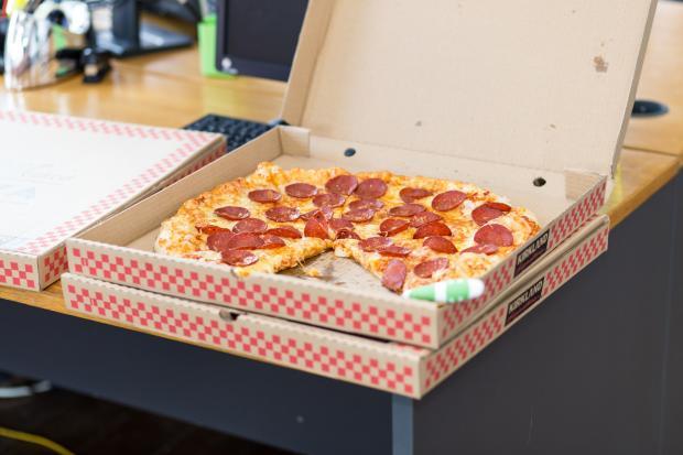Пицца пепперони в коробке