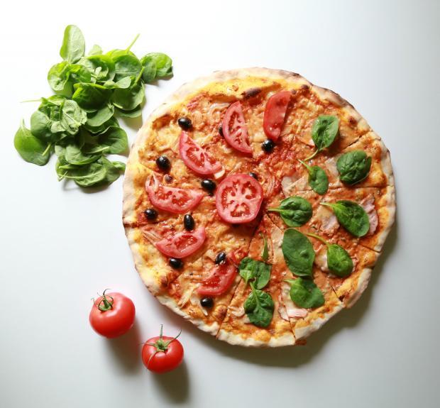 Пицца с помидорами и базиликом