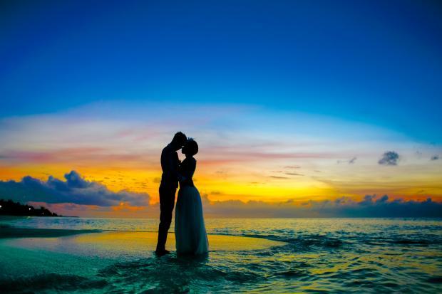 Романтическая пара на фоне заката