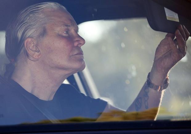 Оззи Осборн с седыми волосами в машине